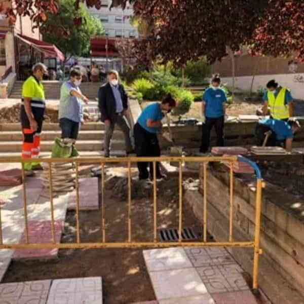 Reparan el pavimento en la Plaza de la Ajedrea de la ciudad de Cuenca